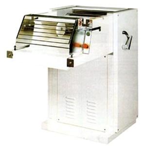 LAMINADORA EXTENDEDORA AUTOMÁTICA Mod. CR500 - Estructura de duraluminio y acero - Longitud de cilindros cm 52 - Alimentación 400V 50/60Hz TRIFÁSICA - Potencia Kw 2,2 - Medidas cm A 111 x F 80 x 113 H - NORMA CE
