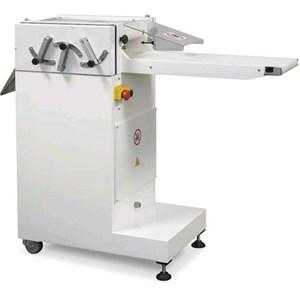 CORTA FRESA (PRODUCTO GASTRONÓMICO ITALIANO) Mod. TAGLIAF - Estructura de acero inox - Ancho de la cinta de trabajo cm 24 - Alimentación 400V 50/60Hz TRIFÁSICA - Potencia Kw 0,37 - Medidas cm A 140 x F 52 x 110 H - NORMA CE
