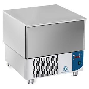 ABATIDOR DE TEMPERATURA - MOD.AB03 - Refrigeración por aire - Capacidad de bandejas: N. 3 x GN 1/1 (cm 53x32,5) o N. 3 cm 60x40 - Rendimiento abatimiento positivo: +70° +3° (Kg.15) - Rendimiento abatimiento negativo: +70° -18° ( Kg 9 ) - Medidas ext. cm L 75 x P 74 x h 75/78 - Norma CE