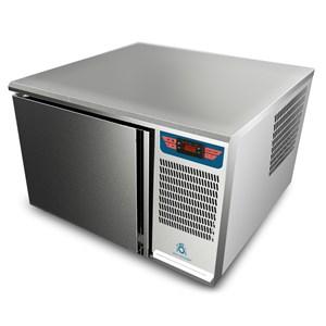 ABATIDOR DE TEMPERATURA - MOD. AB 2/3 - Refrigeración por aire - Capacidad de bandejas: N. 3 x GN 2/3 (cm 35,4x32,5) - Rendimiento abatimiento positivo: +3° (Kg.9) - Rendimiento abatimiento negativo: -40° ( Kg 7 ) - Medidas ext. cm L 65,8 x P 63 x h 42 - Norma CE
